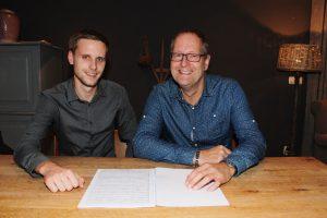 Robbert Oegema van Blaast de Bazuin overhandigde gisteravond het muziekstuk aan Maestro-kandidaat Gerard Veenstra.